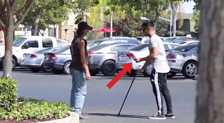 He's blind but has a winning lottery ticket: the reactions of passers-by are staggering !