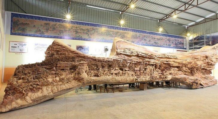 Vanaf een afstand lijkt het gewoon een oude stam, maar deze stam verbergt een wereldrecord beeldhouwwerk