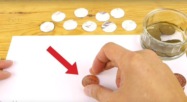 De tar 10 mynt, aluminiumfolie och kartong och skapar ett batteri som FUNGERAR!