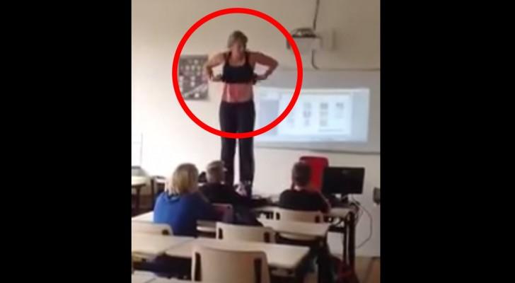 Die Lehrerin zieht sich auf einem Schreibtisch aus: Was sie macht, ist sehr.... lehrreich