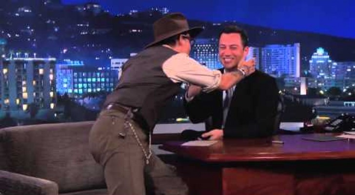 Johnny Depp bacia Jimmy Kimmel