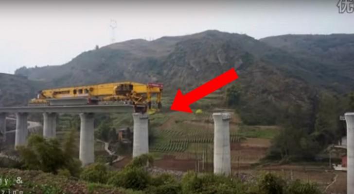 Ecco la gigantesca macchina che costruisce un ponte in Cina in pochi minuti