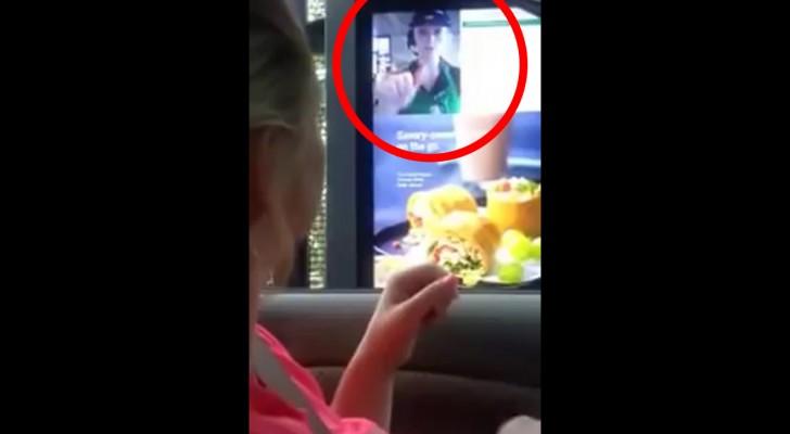 Une femme malentendante veut commander à manger : regardez ce qui apparaît sur l'écran