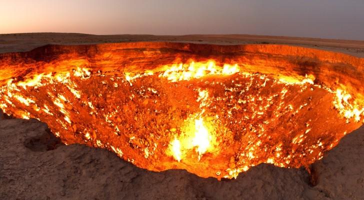 Lo chiamano la porta dell'Inferno: ecco l'enorme cratere che brucia da oltre 40 anni