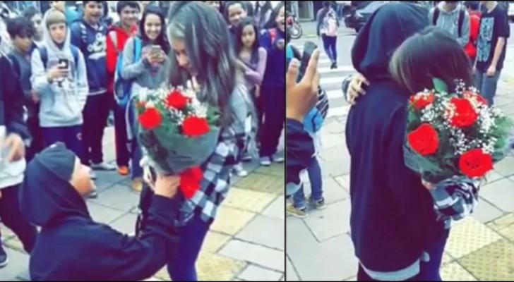 Un ragazzo all'uscita della scuola stupisce la fidanzata con un gesto... d'altri tempi!