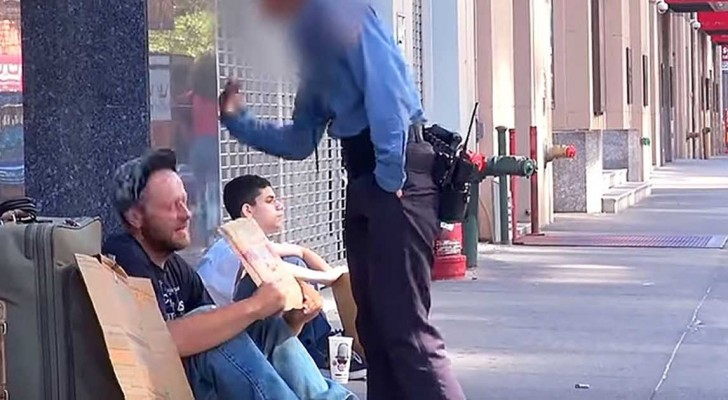 Treated badly by passers-by, this homeless man makes a gesture that will amaze you all