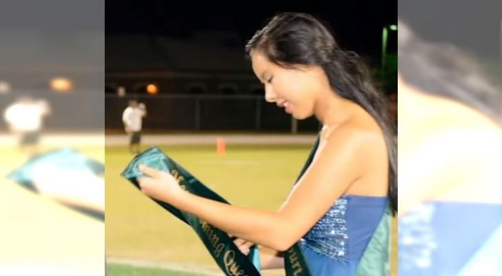 Een meisje wint een prijs op school, maar ze doet al snel afstand van haar kroon...