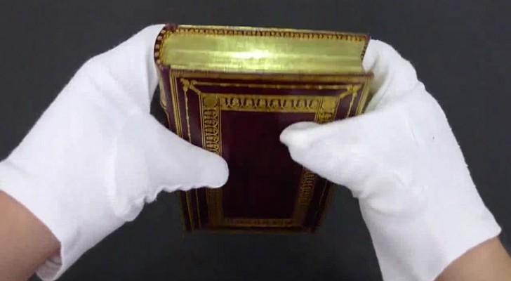 Der Bibliothekar zeigt den Buchrand eines Bandes und enthüllt ein altes Geheimnis