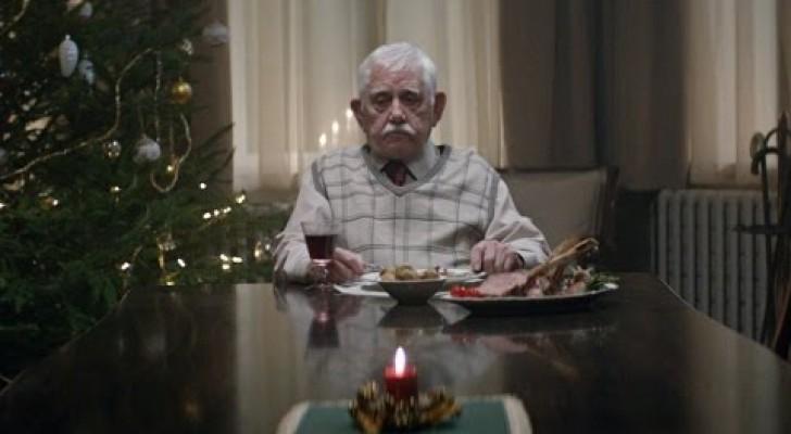 Un homme âgé se retrouve tout seul à Noël, mais ce qu'il fait peu après va vous émouvoir