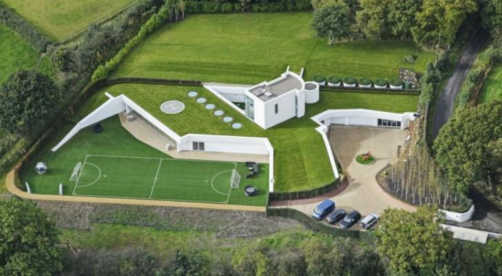 Non potendo costruire al di sopra del terreno, un uomo ha realizzato questa imponente casa ricoperta di prato