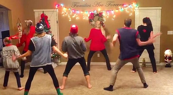 Une famille se prépare dans le salon: dès que la musique commence, ça swingue! :-P