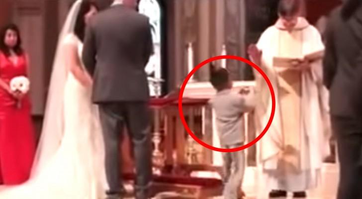 Ce que fait cet enfant quand il amène les alliances fait rire même le prêtre