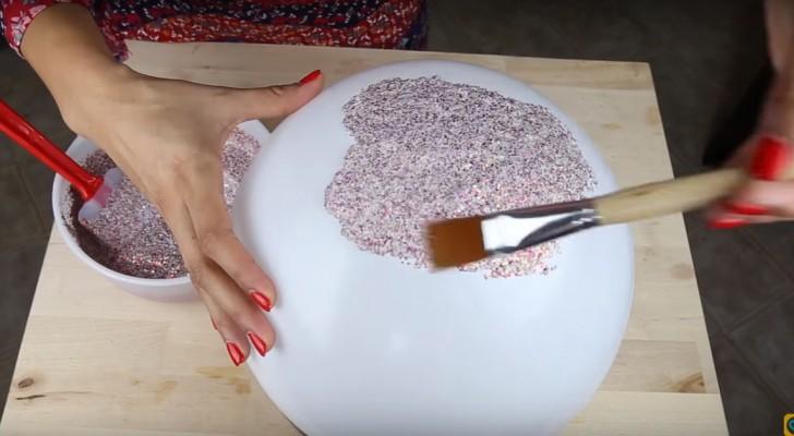 Hon blandar lim och glitter i en skål och skapar ett... GLITTRANDE föremål!