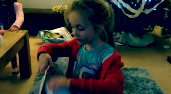 Una niña rellena una bolsa con bienes de primera necesidad: lo que esta por hacer es admirable