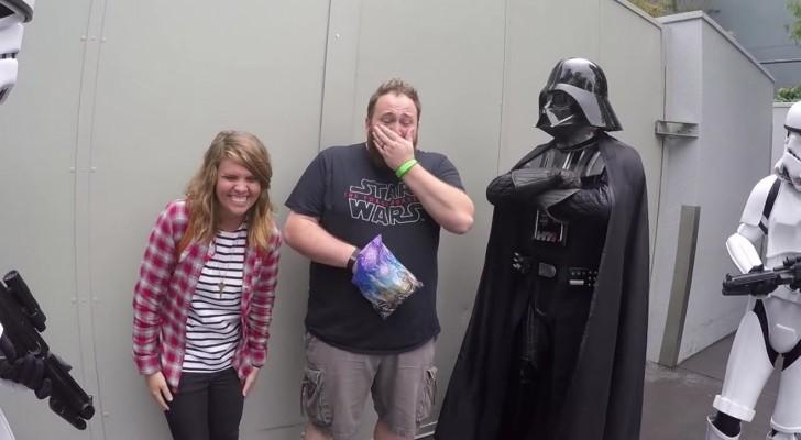 Lui posa con i suoi eroi preferiti, ma lei gli porge una busta che... lo farà piangere!