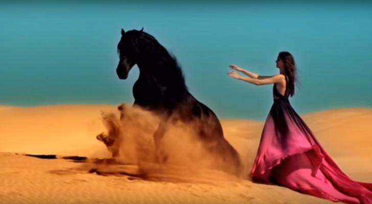 Elle appelle le cheval vers elle... Le spectacle qui se produit après vous laissera bouche bée