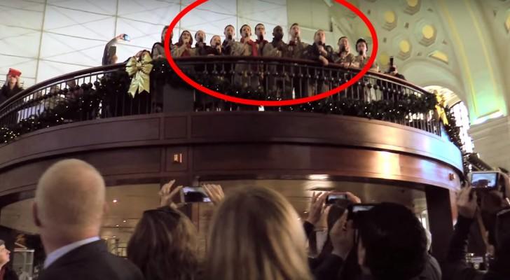 I passeggeri notano delle persone sul balcone: è in arrivo una sorpresa musicale!