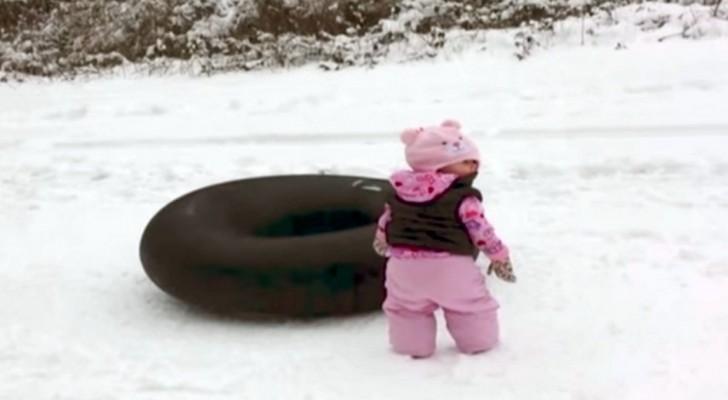 Das Mädchen weiß nicht, wie man auf dem Schnee rutscht, aber jemand zeigt ihr, wie es geht!