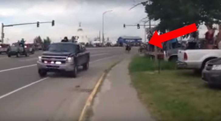 Une voiture trace rapidement sur la route ce qui suit - Bruit qui attire les chats ...