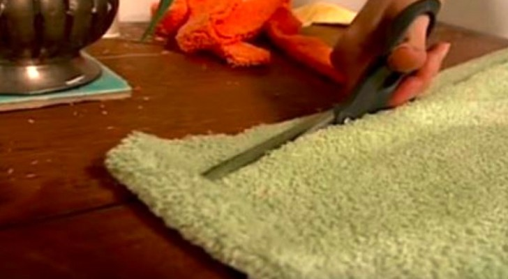 Ze knipt een badhanddoek in reepjes: wat ze hiermee maakt is verbluffend!