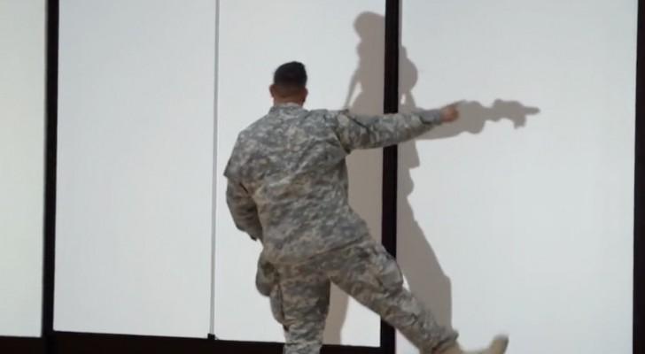 Deze soldaat probeert zijn vreemde schaduw te volgen... maar dan gebeurt er iets hilarisch!