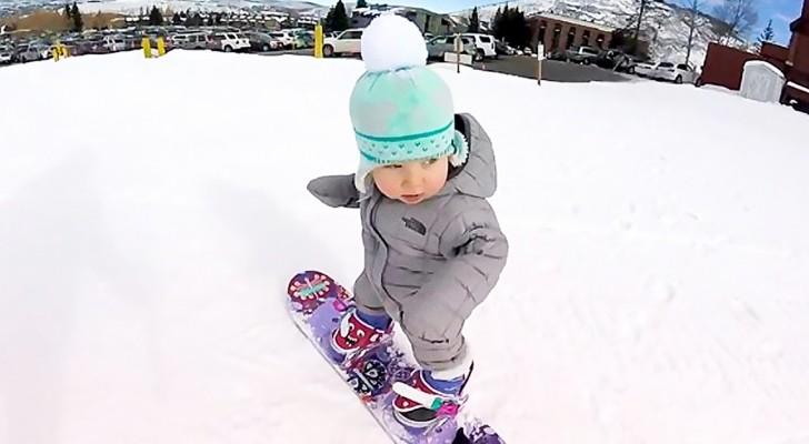 Hij leerde een paar weken geleden lopen... dit is zijn eerste keer op een snowboard! Fenomenaal!