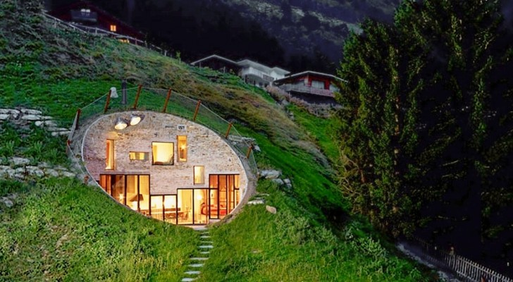 Questa casa è stata costruita sotto terra scavando l'interno di una collina: l'aspetto è in bilico tra primitivo e moderno