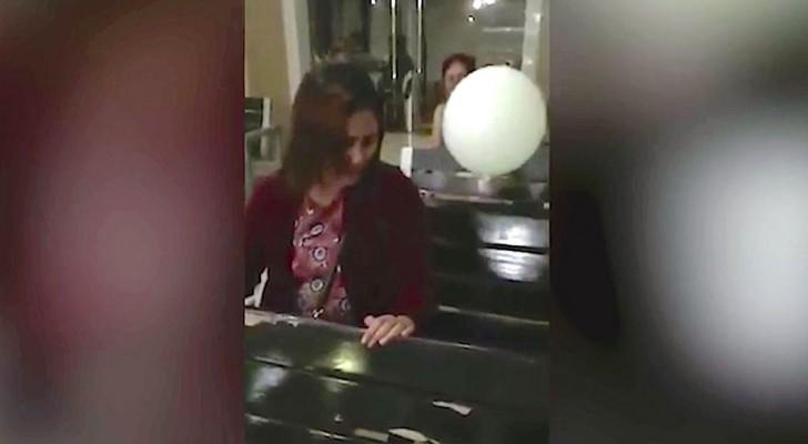 Een moeder rouwt om haar kind, maar kijk goed naar de witte ballon...