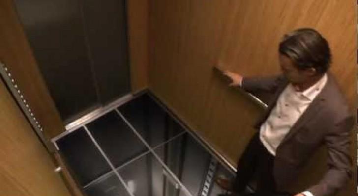 Delle persone entrano in ascensore ma non si aspettano for Piani di casa sotto 600 piedi quadrati