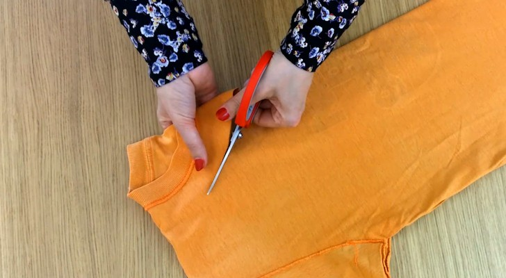 How to turn a T-shirt into a shoulder bag in TWO MINUTES -- and without sewing!