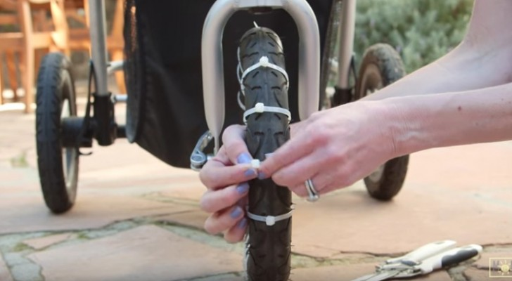 Hon knyter några buntband på barnvagnens hjul: alla föräldrar kommer att älska dessa knep!