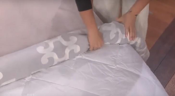 Ze begint met het oprollen van een dekbed met een dekbedovertrek: na twee seconden gebeurt er iets magisch!