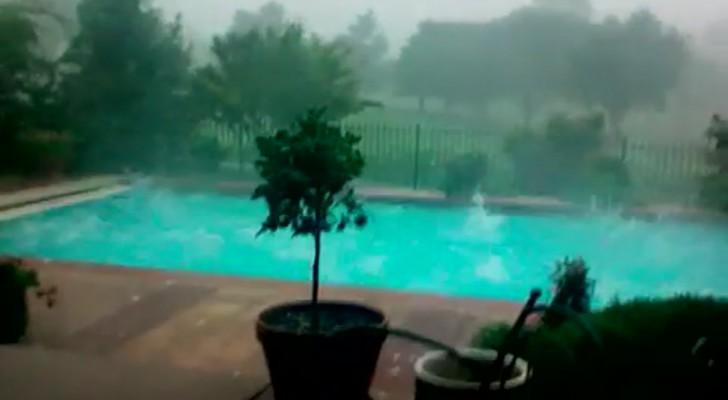 Un homme filme une tempête violente, mais regardez la piscine... Impressionnant!