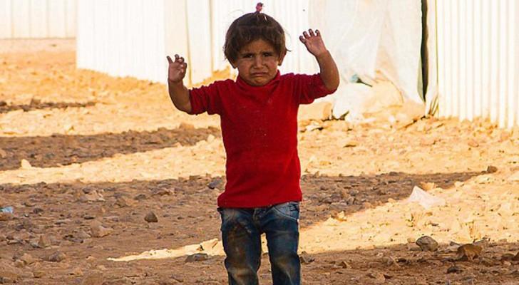 Il veut prendre en photo une petite fille syrienne: le geste de l'enfant brise le cœur