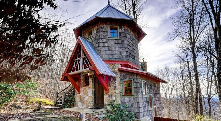 Le conte de fée devient réalité: laissez-vous charmer par cette maison perdue dans les bois