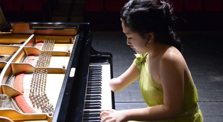 Ha solo una mano, ma il modo in cui suona il piano è spettacolare!