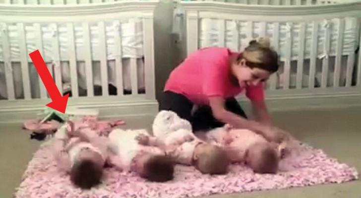 Een moeder legt haar vierling op de grond: let goed op de baby aan de linkerkant... hilarisch!