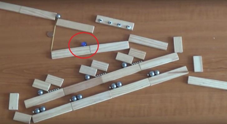 Una bola baja a lo largo de un laberinto de clavijas...Dificilmente se puede creer a lo que veran!