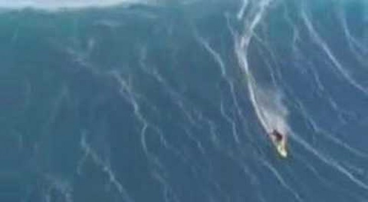 Un surfeur et une vague monumentale ... Action!