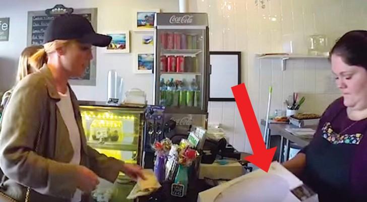 Un client lui ramène une boîte de gâteaux... Une fois ouverte, elle ne peut pas en croire ses yeux