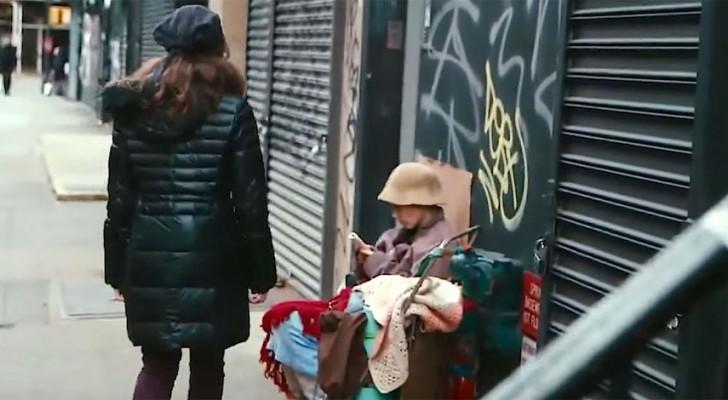 Il passe à côté d'une femme sans-abri, mais il ne sait pas de qui il s'agit en réalité...