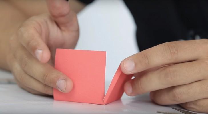 Hij begint met het vouwen van een stuk karton en eindigt met een voorwerp met een magisch effect!