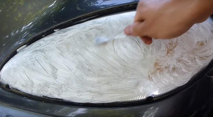 Impara come pulire i fari di una macchina usando spazzolino e dentifricio