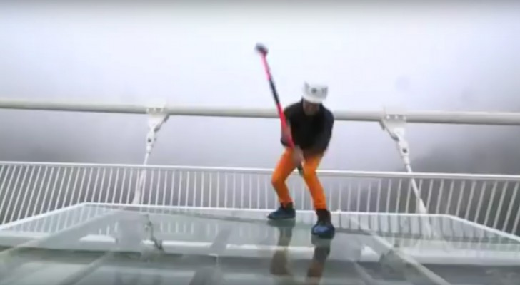 Le pont en verre le plus haut du monde est-il vraiment sûr? Ce journaliste, armé d'un marteau, nous le révèle