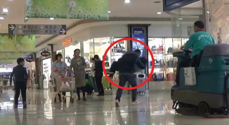 Um homem finge de sequestrar uma criança: a reação das pessoas? Incrível!