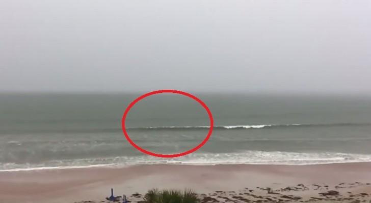 Ele começa a filmar uma tempestade na praia: não perca de vista a crista da onda!