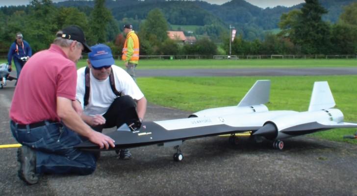 Un hombre construye un verdadero aereo en escala: cuando se eleva en vuelo el efecto es sorprendente