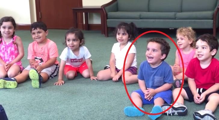 La maestra comienza a tocar la guitarra: tengan en vista atentamente al niño de camiseta azul...contagiosa la risa!