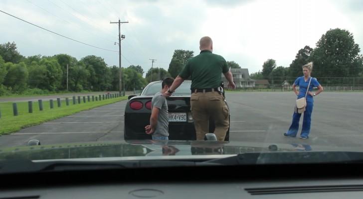 L'agente fa mettere l'automobilista in ginocchio: una ...