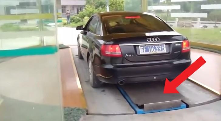 Un homme entre dans un parking en Chine: comment est garée la voiture? Gardez un œil sur la plate-forme ..